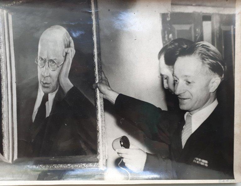 Михаил Бабаков передает портрет Сергея Прокофьева жителям с. Красное (Сонцівка)