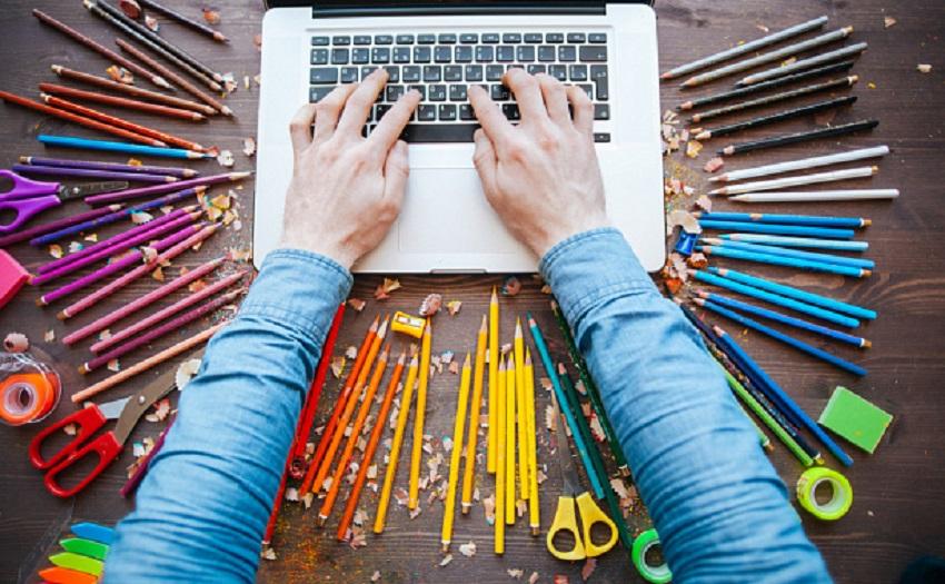 Ноутбук та олівці
