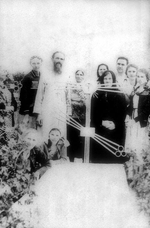 Парафіяни та священник Іоанн Пацура у річницю смерті  прот. Антонія